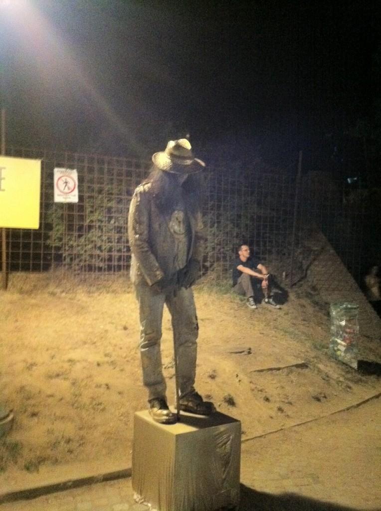 Random living statue